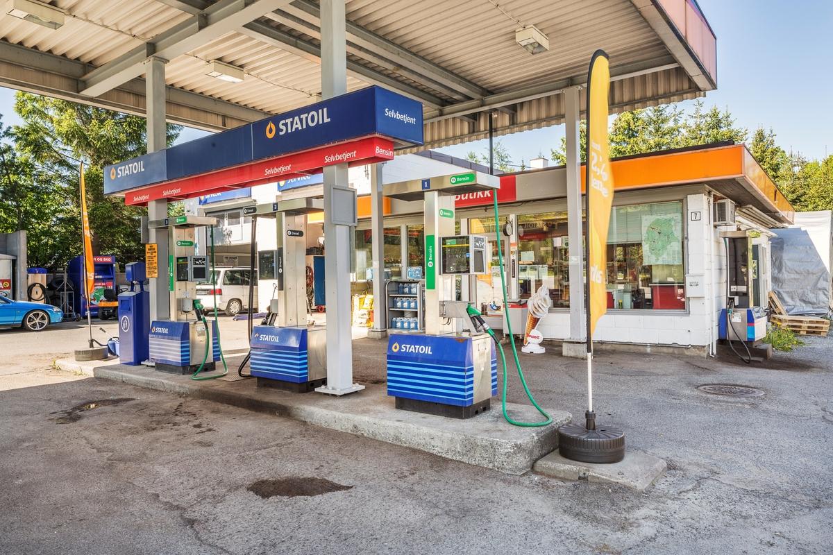 Statoil Hemnes. Bensinpumper med kortautomat under pumpetak. Butikk i bakgrunnen.