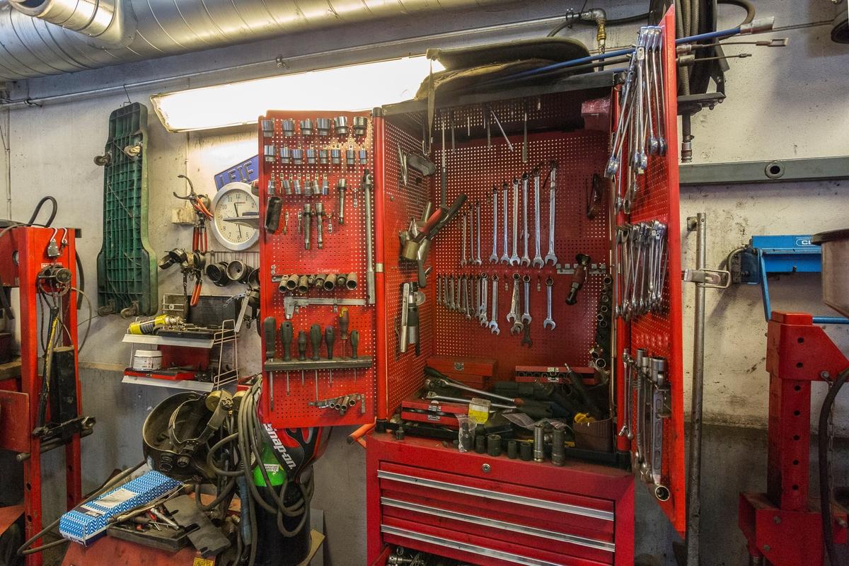 Statoil Hemnes. Verksted interiør med åpent verktøyskap med verktøy.