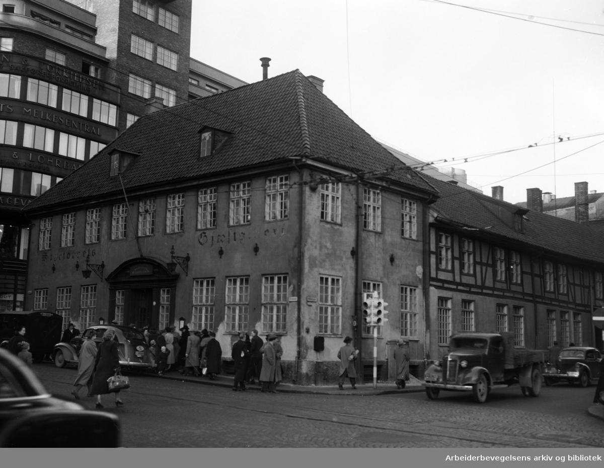 """Stortorgets Gjæstgiveri og """"Gamle Christiania"""". Bygningen som bør fredes. Desember 1953"""