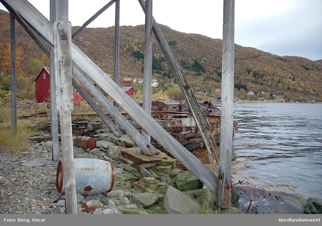 Våtvik. Sandhornøy. Nothjell med pelekonstruksjon og underlag. September 2005.