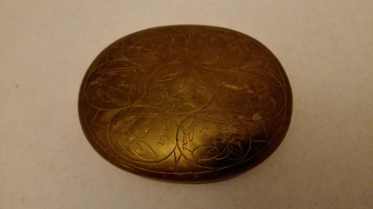 Ovale medaljongar med ulike stiliserte