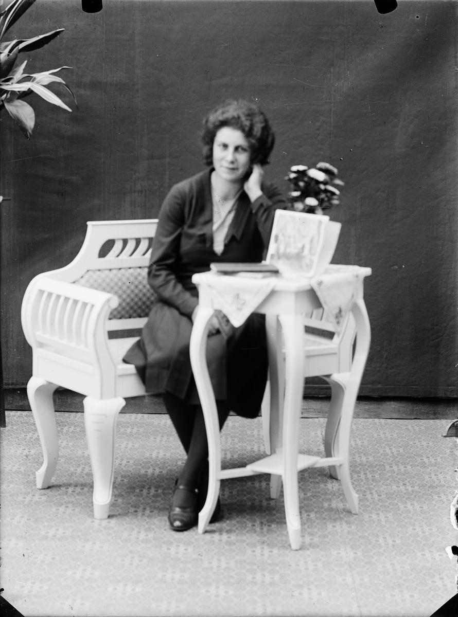 Ateljéporträtt - kvinna, Alunda, Uppland