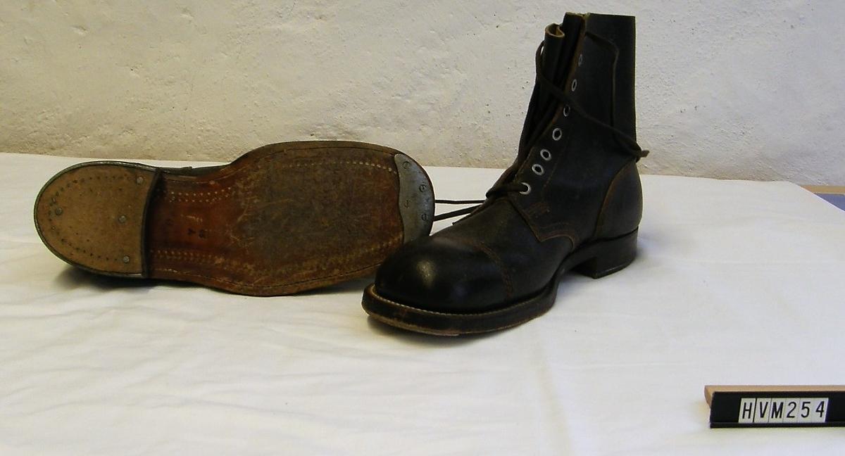Kängor i läder med tåjärn och förstärkt klack