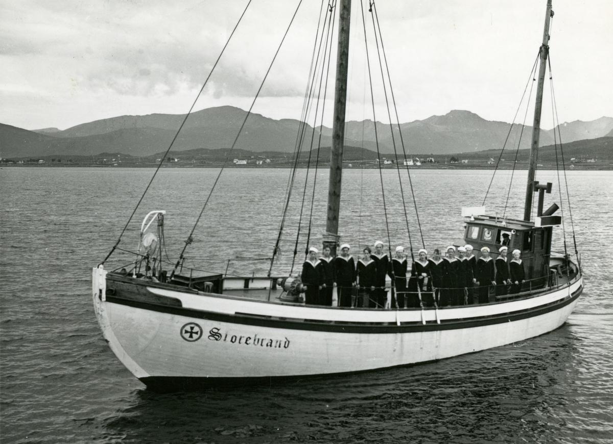 Redningsskøyta Storebrand RS 42, på vei til Sortland med elever fra sjøgutteskolen i Blokken, 1950-tallet. Samme bilde som MNSF0142-009.