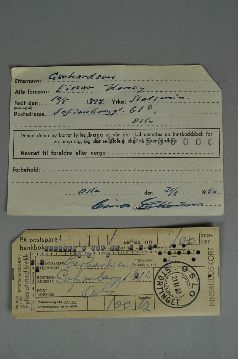 To kort med skrift både maskinellt og for hånd. Innskuddskortet har hullmerker.