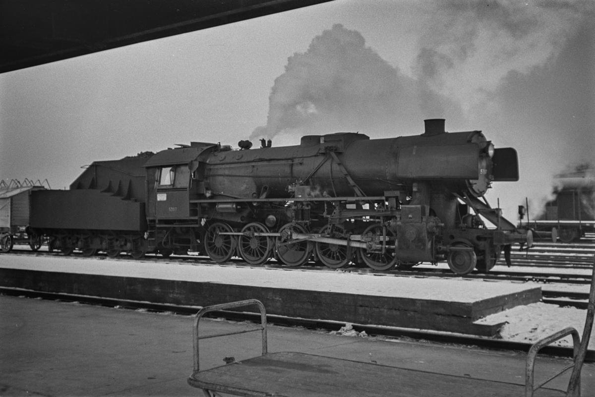 Nordgående godstog på Trondheim stasjon. Toget trekkes av damplokomotiv type 63a nr. 5397.