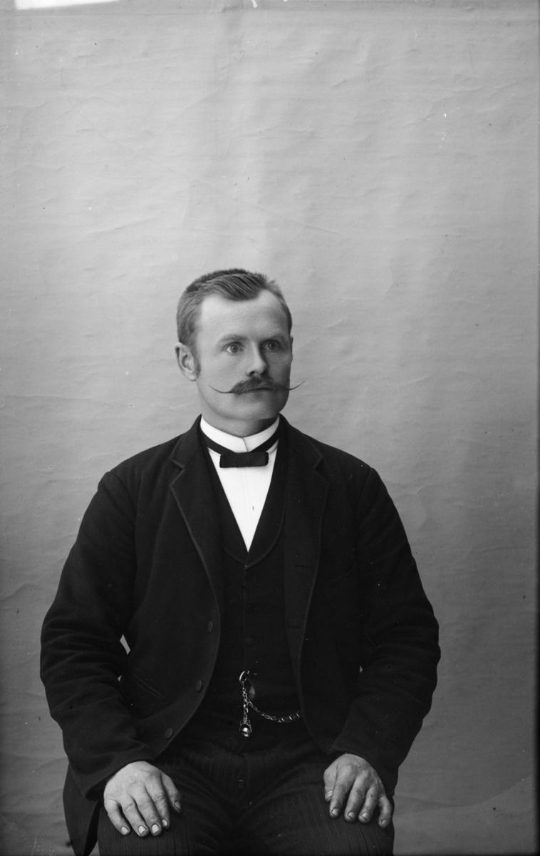 Portrett av Iver Volden, f 1872 født i Nord-Fron. I 1900 var han skomaker