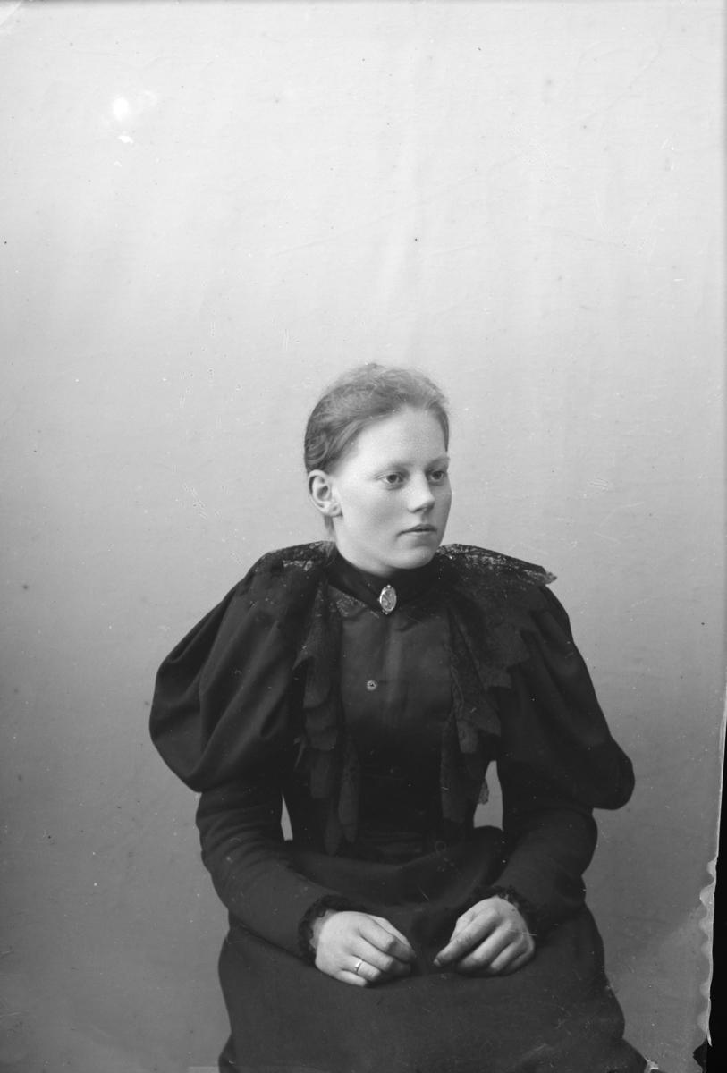 Portrett av Tora Toksen, f 1875 fra Nord-Fron