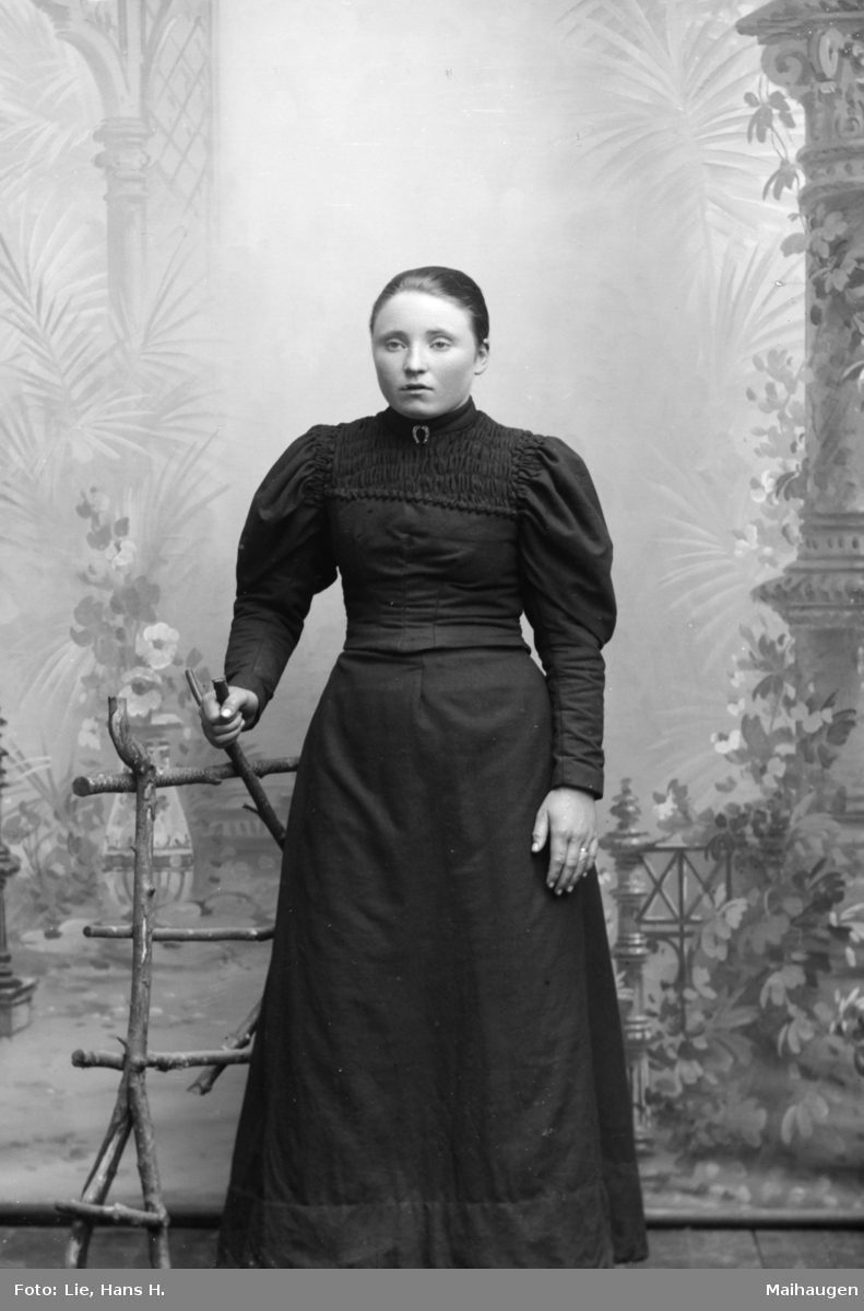Portrett, helfigur, Anna H. Haugen, Nord-Fron