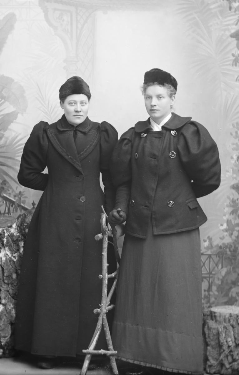 Gruppe. To kvinner. Helfigur. Rønaug Sandboløkken er navngitt.