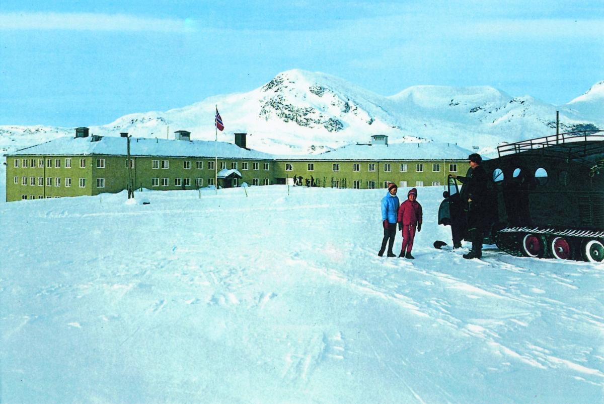 Tyinholmen Høyfjellshotell en vinterdag ca.1960. I bakgrunnen ser en Koldedalstind 1927 m.o.h.