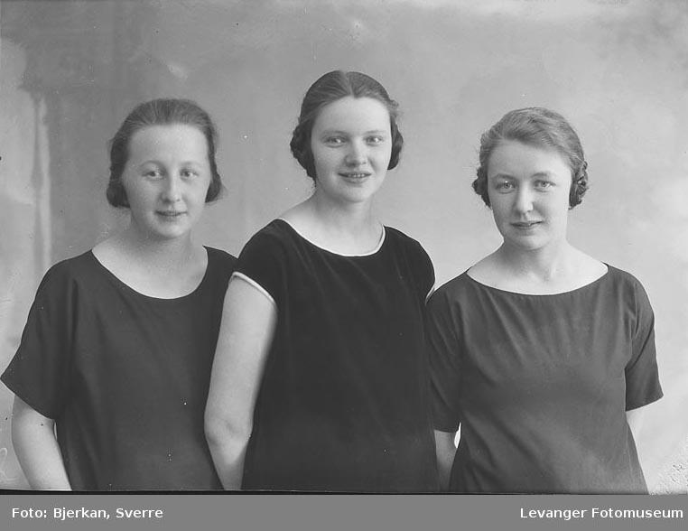 Portrett av tre kvinner en av dem heter Johanne Østbye