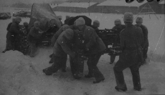 Kanon m/1934. 10,5 cm dras för handkraft.