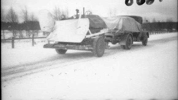 Traktor med snöplog, upplastad. Från övningar väster om Värnamo.