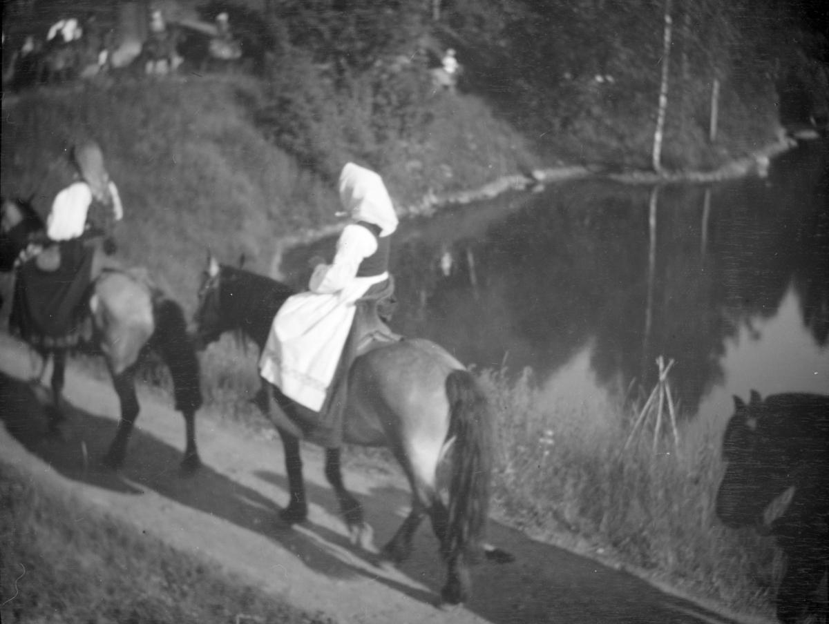 Opptog ved Nordre tjern på Maihaugen. kvinner til hest