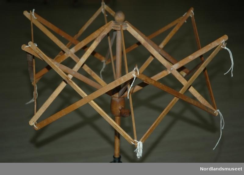 Strikkemaskin komplett m/ utstyr: Gjenstander i eske: -Garnspolingshjul. -5 Spoler. -Hespetre. -Kam m/spyd, liten -Kam m/spyd, stor -Spolestativ (for 4 spoler) -2 Føtter til spolestativ -Klemme, liten -Klemme, stor -3 stk. loddkrok m/lite lodd, 246g -3 stk. lodd 530g til loddkrok -3 stk. lodd 987g til loddkrok -2 stk. lodd m/krok 238g.  I KONVOLUTT I ESKE; -4 stk. bruksanvisning til strikkemaskin og ekstrautstyr (ulike).  SMÅDELER I POSER I ESKE; -12 stk. skruer (til fastmonterering av strikkemaskin og spolestativ). -7 stk. strikkenål, ekstra. -3 stk. maskeoverflyttingskraft m/nåler (1,2 og 3 nålskaft). -2 stk. holdere for enkle overflytningsnåler. -6 stk. overflytningsnål enkle til skaft eller holder. -Hælapparatstativ for overflytningsnåler. -3 stk. overflytningsnålsett, 5 nåler pr. sett. -26 stk. overflytningsnåler, enkle, til hælapparat. -2 stk. hælkam, høyre og venstre til strikking av barnestrømper. -2 stk. børster.
