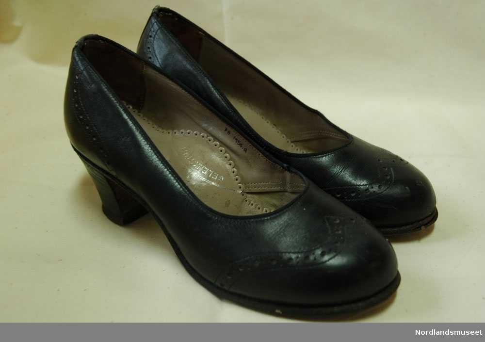 a9f0ead5 1 par svarte dame sko. Fint mønster som er forran og bak på skoen.  Fotograf: Nordlandsmuseet