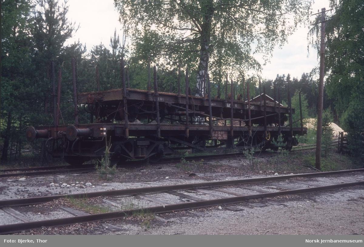 Godsvogn litra Rmp nr. 384 1043 med vogn Tso nr. 95 fra Sulitjelmabanen som last, lagret på sidespor på Kløftefoss