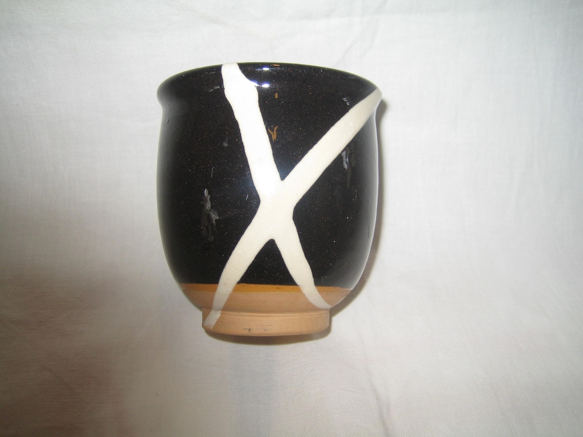 2 st Kruka/vas i svartglaserd keramik dekorerad med vita streck.