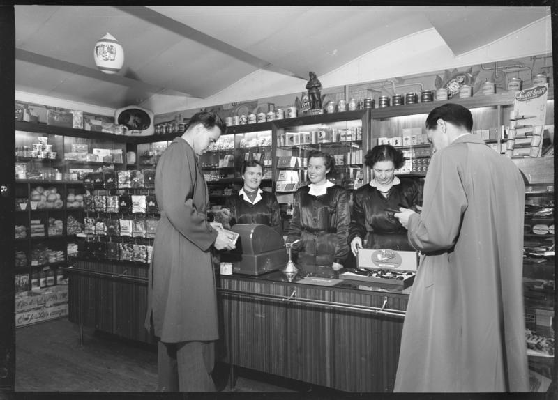 Betjening over disk i A. Thomsens Tobakkshandel på Strømmen 1955. Foto: Asbjørn Gundersen. MiA (Foto/Photo)