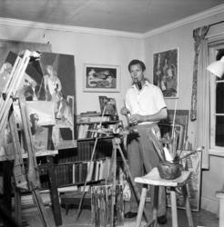 Några konstnärer i hemmiljö med familjen. Reportagebilder fö