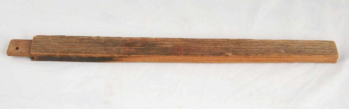 Rammtre med tapp for hjørnesamanføyning og slisse langsetter for innmontering av glas. Målingsfragment på eine sida og verslitt på andre sida.