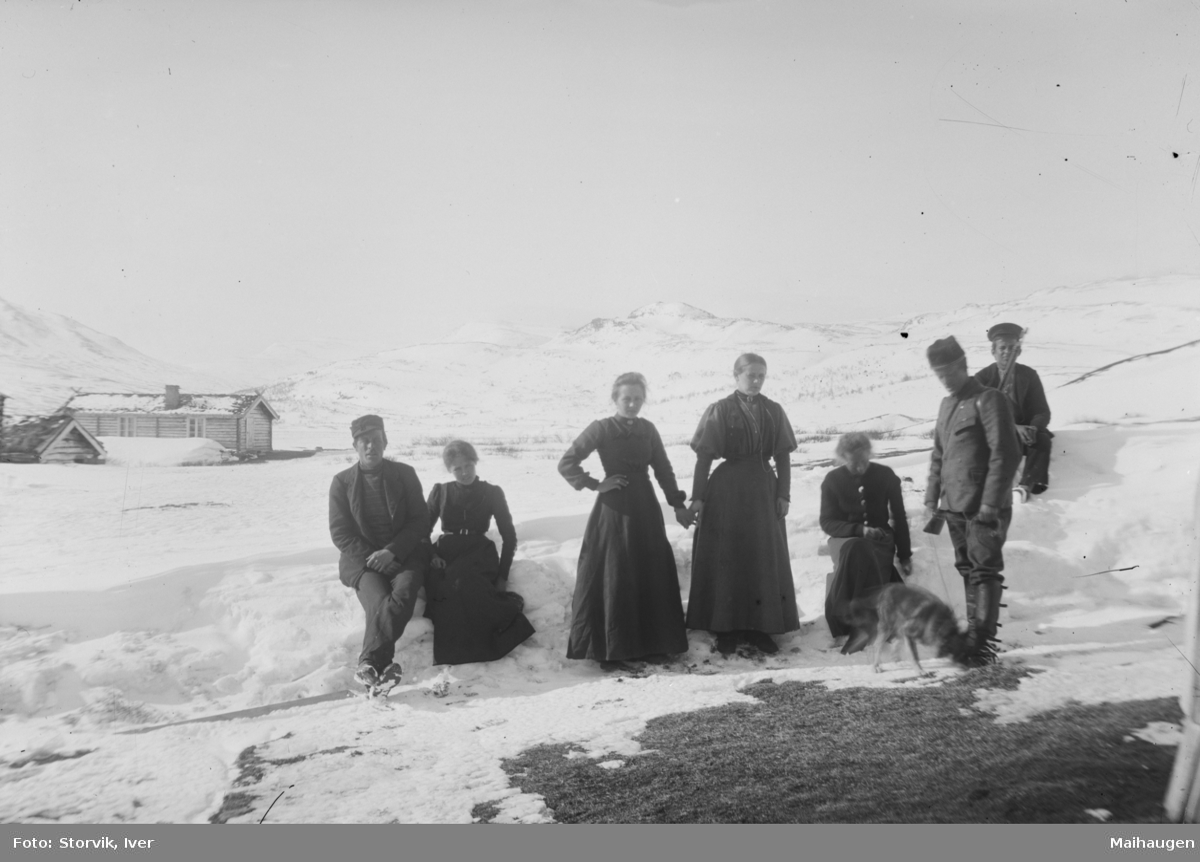 Gruppe menn og kvinner ute på fjellet, mulig ved Bessheim
