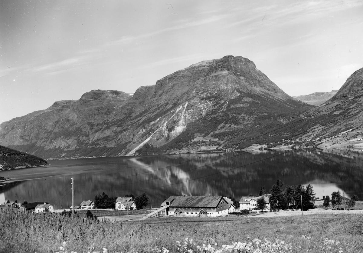 Vangsmjøsa med Skutshødn og Kviturda.