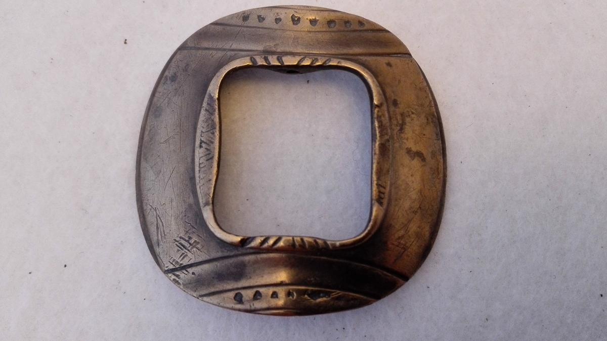 2 skospænder (387 og 388) av broncemetal for kvindesko. Indvendig indgaveret A.T.S. Samme type som no. 384. Kjøpt i Flåm 1906