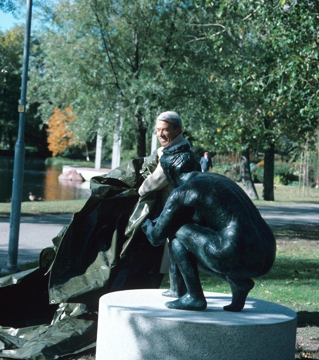 Åke Gillström invigning av staty, Premiär av Torsten Fridh. Stadsparken. Vid ingången från Kvarnparken.