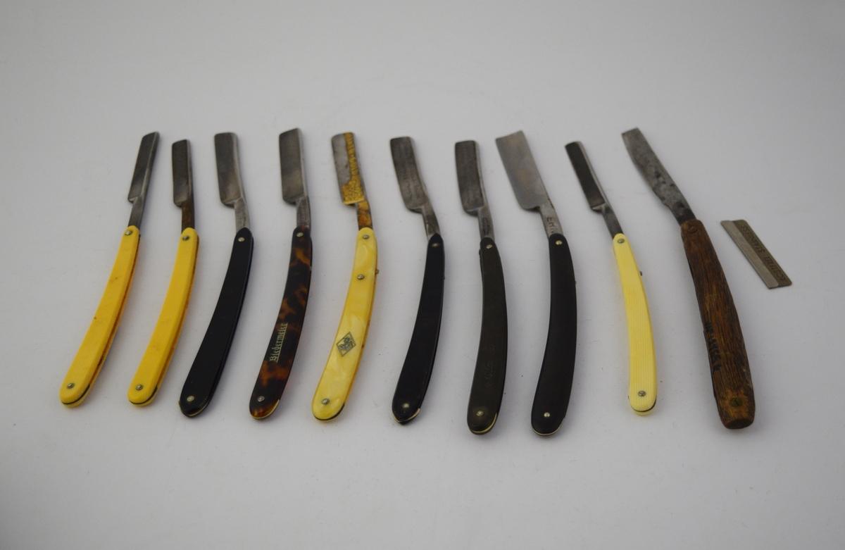 8 sammenfellbare barberkniver i kvadratisk læretui med adskilte lommer, 2 løse barberkniver og ett løst barberblad.