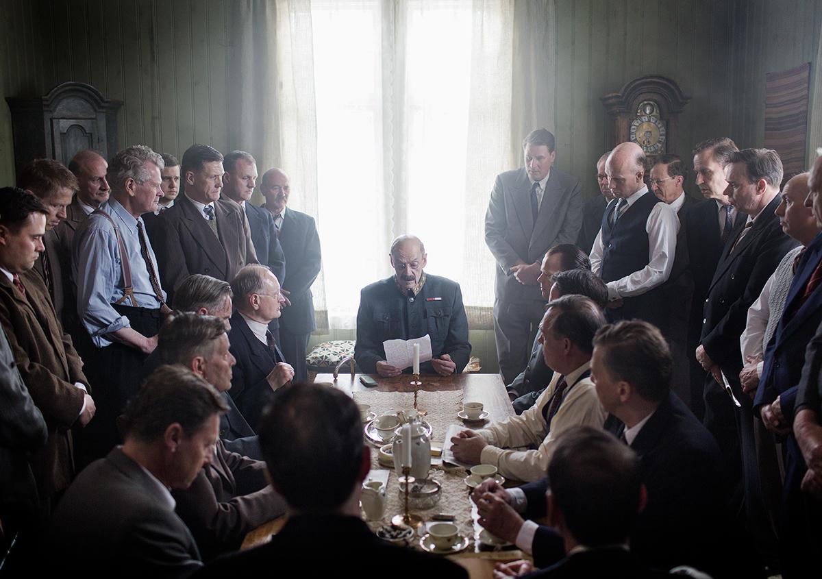Kong Haakon i statsråd i Nybergsund, der Kronprinsen og regjeringen har ventet mens kongen møtte Bräuer i Elverum. Foto: Agnete Brun/Paradox.