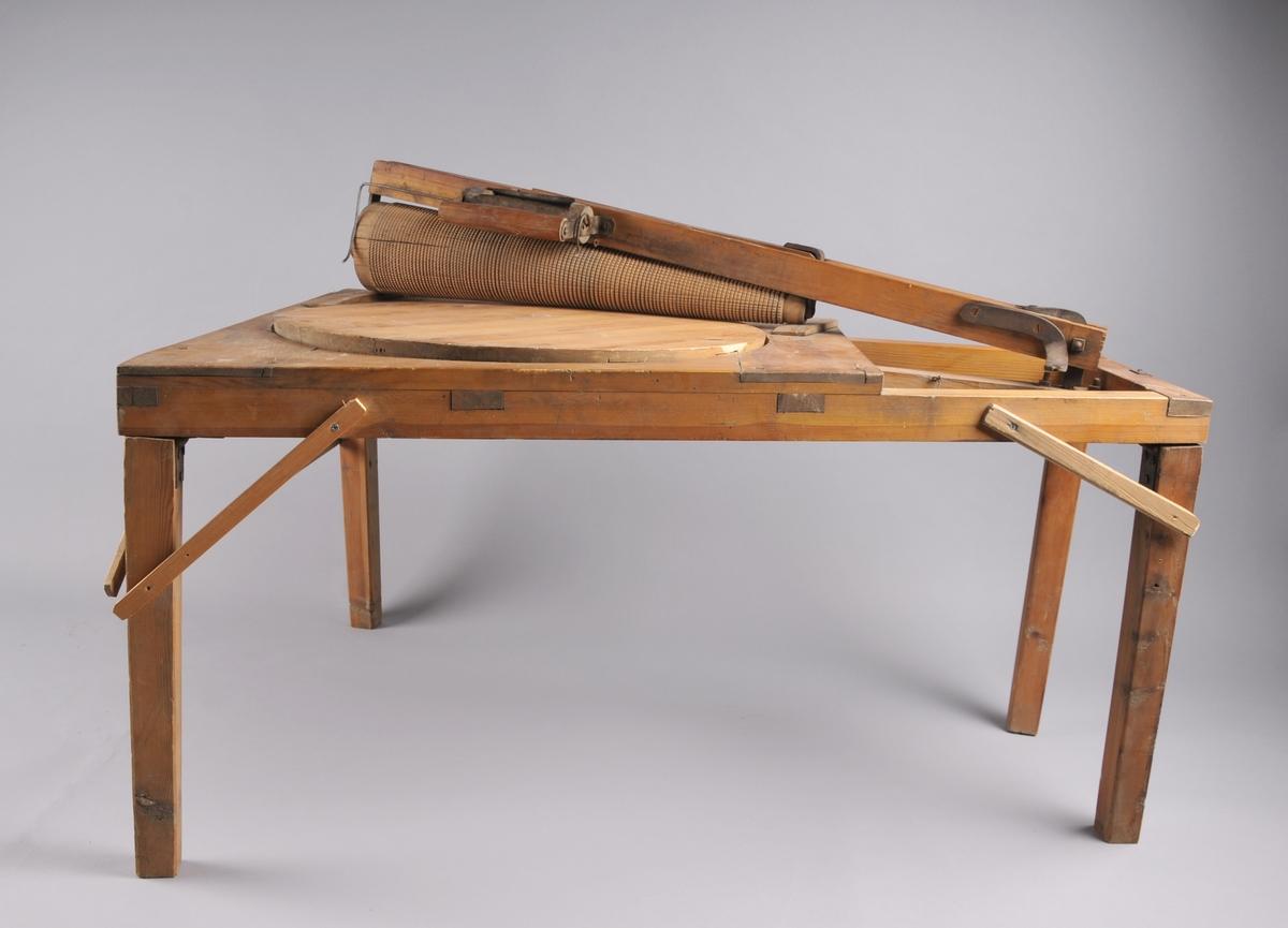 """Form: Firkantet bord, noe smalere i den ene siden. Påmontert kjevle med """"automatisk"""" melkopp."""
