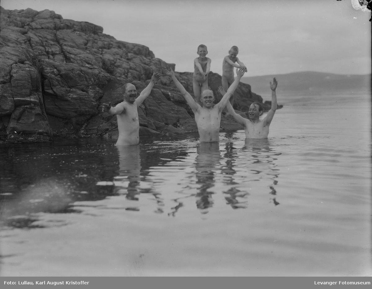 Bading i sjøen, Algot Ohlonquist til høyre.