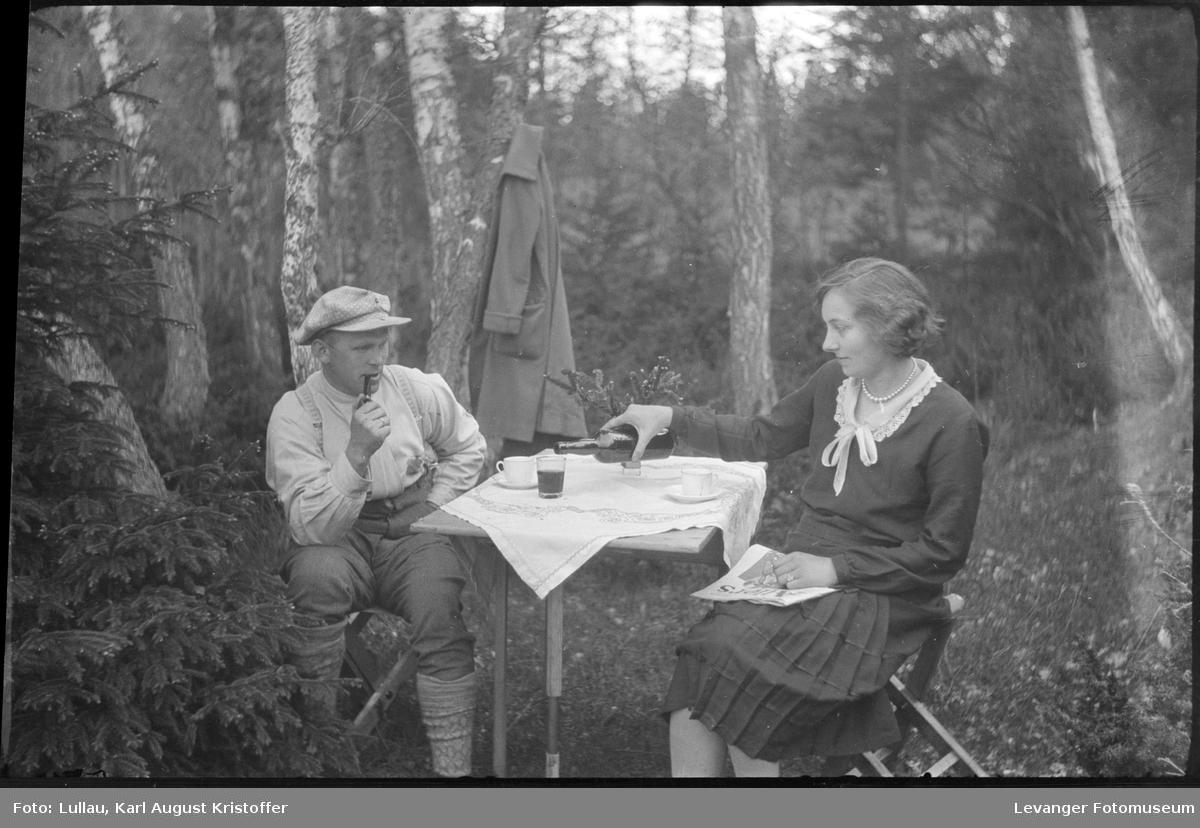 På tur med klappstoler  og campingbord Jenny leser Allers.