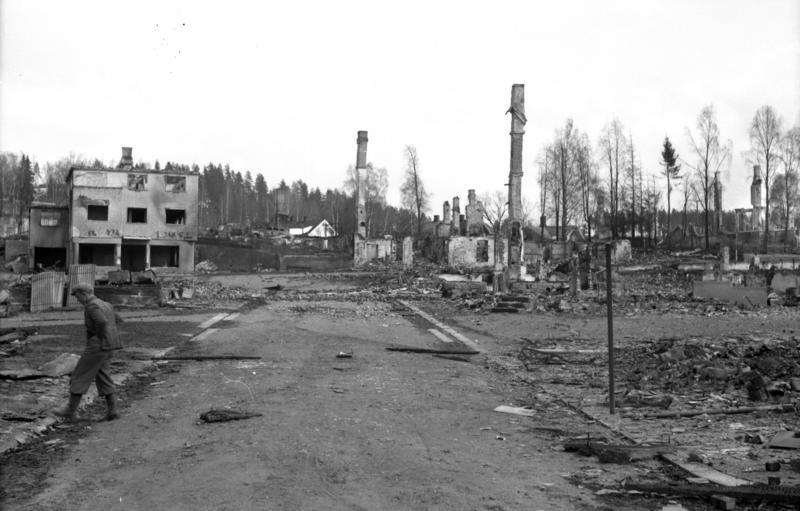 Borgengata etter bombingen. Fotograf ukjent/Glomdalsmuseets fotoarkiv.