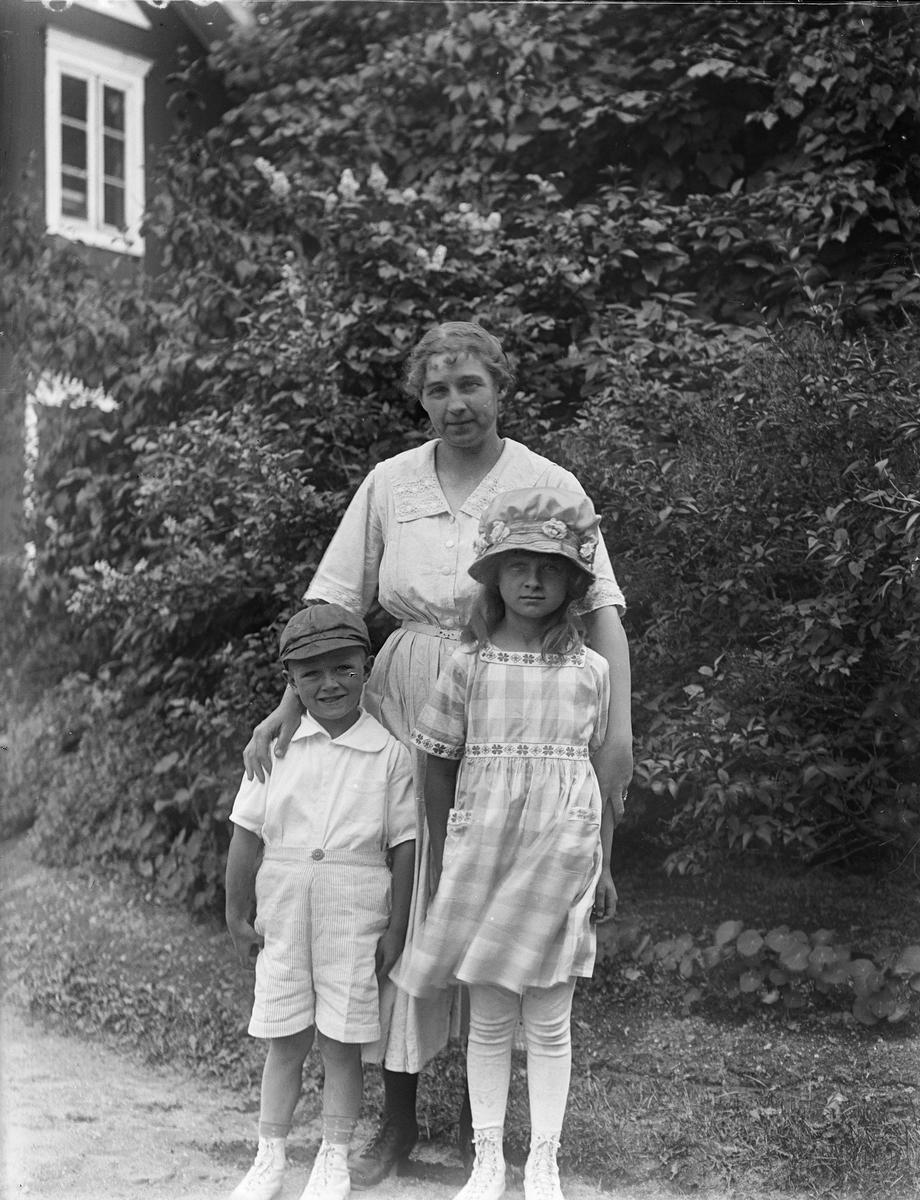 """""""Fru Telin med barnen ute, alla står"""", Fröslunda, Altuna socken, Uppland 1922"""