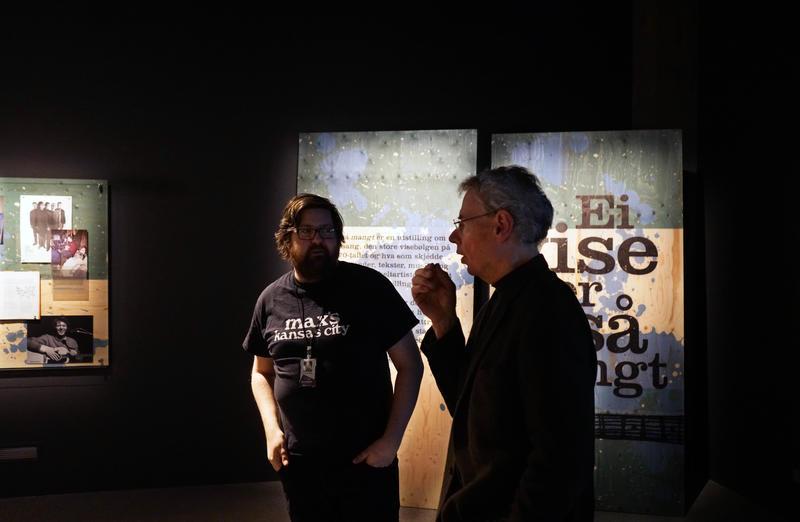 Bruford får høre om norsk visemusikk, i Ei vise er så mangt, sammen med Rockheims Kristian Krokfoss. (Foto/Photo)