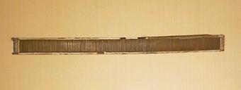 Vävsked av trä, rören lindade till långsidorna med beckad tråd. Lintråd trädes upp och ned i rören med ca  25mm, delvis som måttangivelse. Ena tvärslån är delvis lindat med tyg och papper. 126 rör på 100 mm.