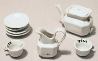 Leksaksservis av vitt porslin, bestående av kanna, gräddsnäcka, två koppar och fyra fat.