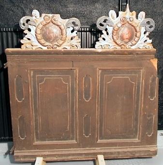 Sex ornament i trä, skulpterade och målade i guld och blått. Torde härröra från predikstol eller underrede till läktare.