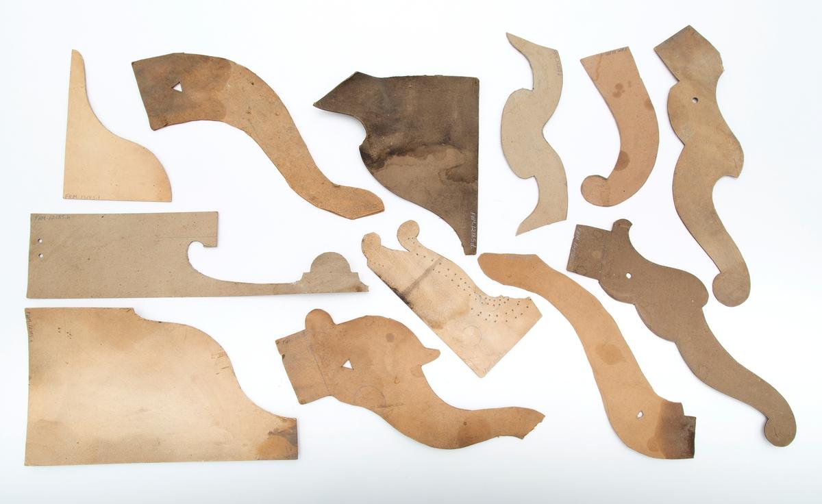 12 maler av papp for utskjæring av tre, for arbeid på bygninger og møbler. Brukt til profilering og dekorering av hjørner, karmer, utstikk o.l.