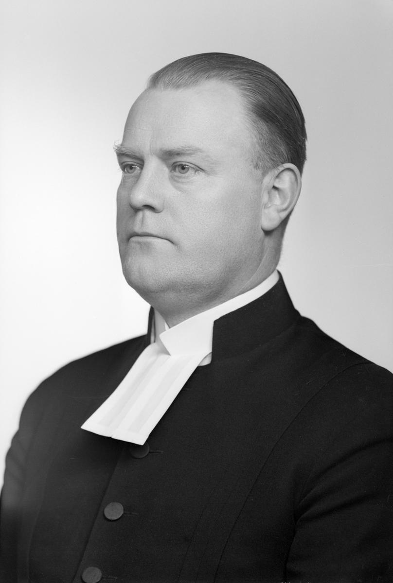 Porträtt av Bertil Forsbring 1943. Vid tiden kyrkoherde i Grebo. Gift 1932 med Gunhild, född Bodé. Samma år hade han tillträtt tjänsten som komminister i Skedevi. Makarna flyttade till Grebo 1941.