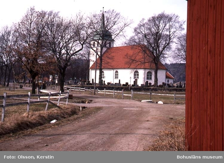 """Text på kortet: """"Bro kyrka. April 1987""""."""