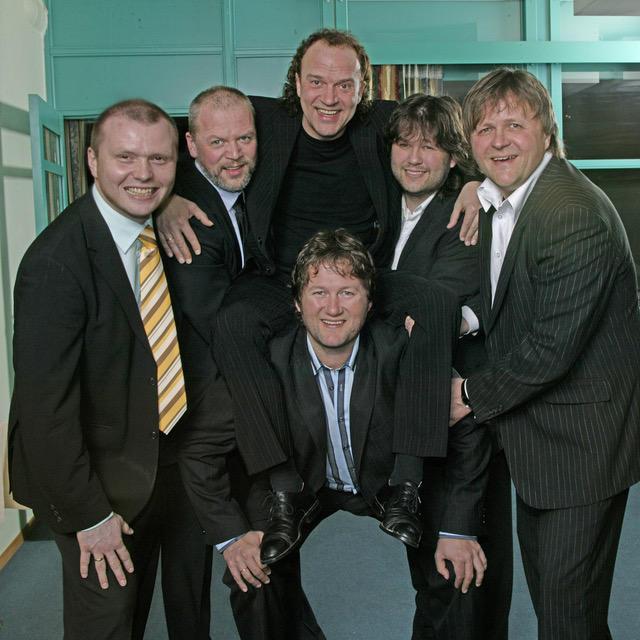 Frode Viken øverst i midten, sammen med resten av D.D.E. Foto: Arne Nordtømme.