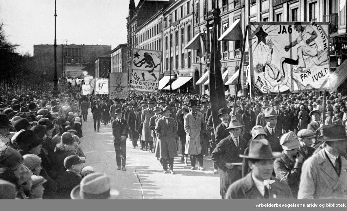 1. mai 1926, demonstrasjonstoget på vei nedover Karl Johans gate. Paroler: Jag fascistene fa'n ivold! - Leve den kinesiske frigjørelseskamp! - Leve den kommunistiske Internasjonale!
