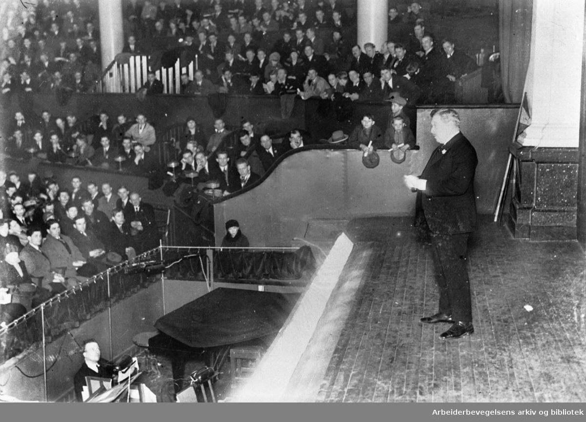 1. mai 1929 i Oslo. Adolf Indrebø taler under et arrangement i Cirkus Verdensteatret.