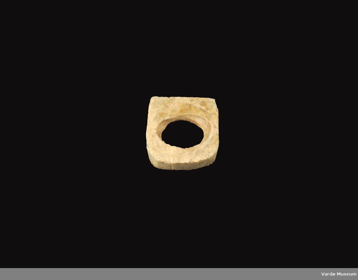 Firkantet og porøs, hull i midten på ca.3,0 cm i diameter.