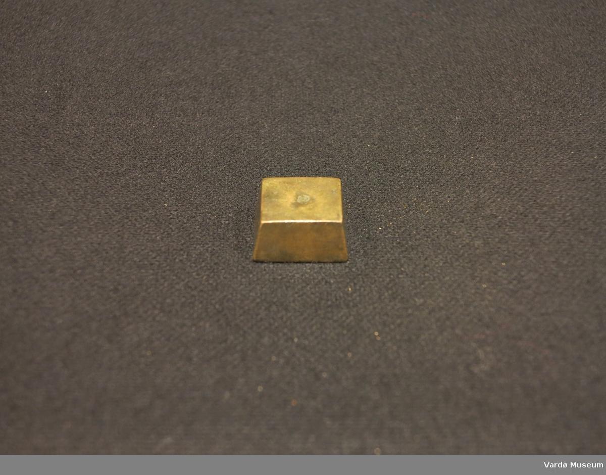 Firekantet vektlodd brukes til å kalibrere vekter. Merket på bunnen av gjenstand med Oslo by's stempel og Chr. V's monogram.
