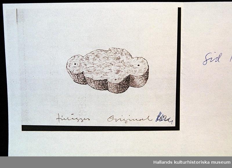 a) Tuschteckning föreställande böndernas arbete att bygga fästningen.  b) Tuschteckning föreställande en flöjt. c) Teckning (fotostatskopia?) av Marcus Meyers övertagning av fästningen. d) Teckning (fotostatskopia?) av Varbergs fästning som bok. e) Teckning (fotostatskopia?) föreställande en arm hållandes en rovfågel. f) Fotostatskopia av murtegel.